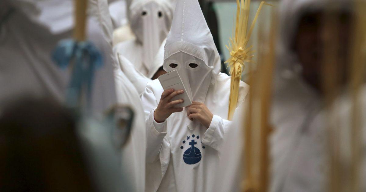 Учасник братства картузіанців під час ходи в Пальма-де-Майорці @ Reuters