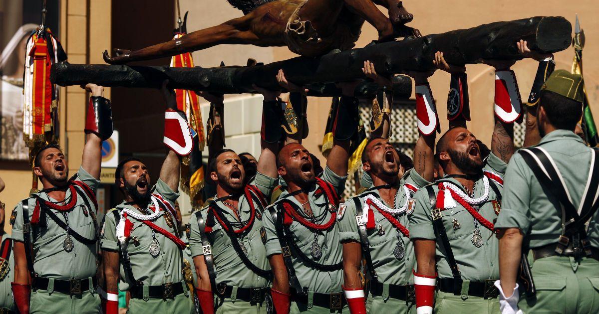 Іспанські легіонери співають гімн, несучи статую Христа Мена перед процесією Братства Мена у Малазі, Іспанія. @ Reuters