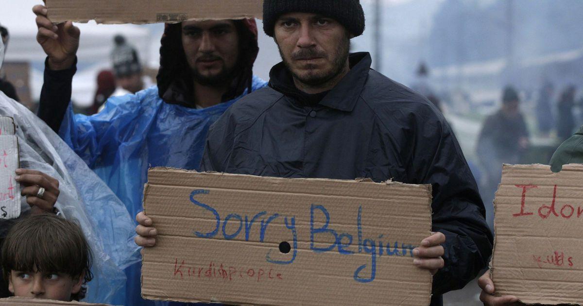"""Біженець тримає плакат з написом """"Нам шкода, Бельгіє!"""" під час акції протесту з вимогою про відкриття греко-македонського кордону, в імпровізованому таборі біля села Ідоменей, Греція. @ Reuters"""
