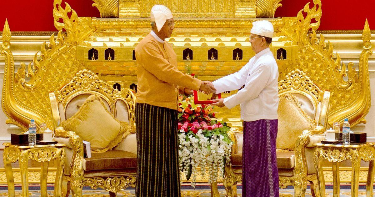 Новий президент М'янми Тхін Чжо отримує президентську печатку від колишнього президента Тейн Сейна у президентському палаці у столиці країни Найп'їдо. Тхін Чжо став першим обраним цивільним президентом після понад півстоліття правління військових. @ Reuters