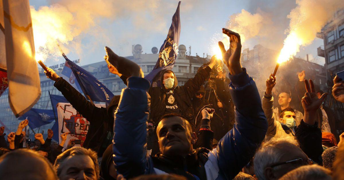 Прихильники сербського лідера ультра-націоналістів Воїслава Шешеля під час антиурядового мітингу в Белграді. @ Reuters