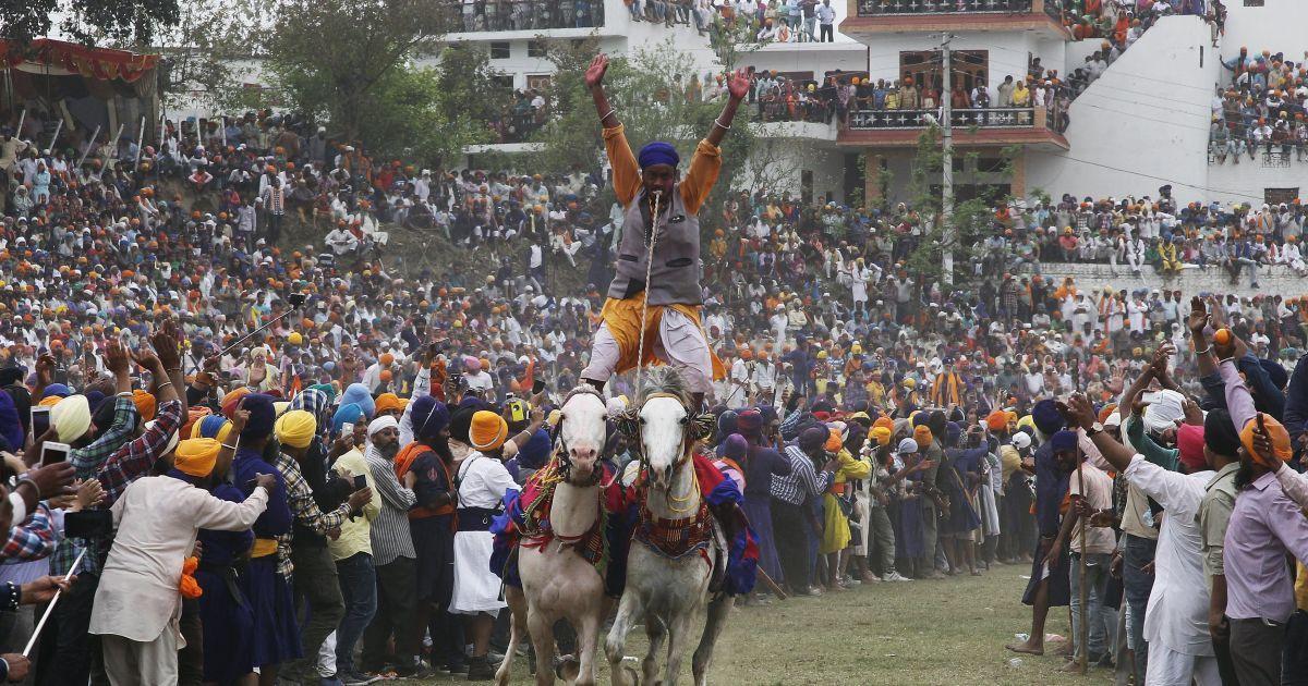 Ніханг, або воїн-сикх, їздить на двох конях під час свята Холла Мохалла в північному штаті Пенджаб, Індія. Це свято відзначається під час іншого свята Холі і збирає сикхів з усієї країни. @ Reuters