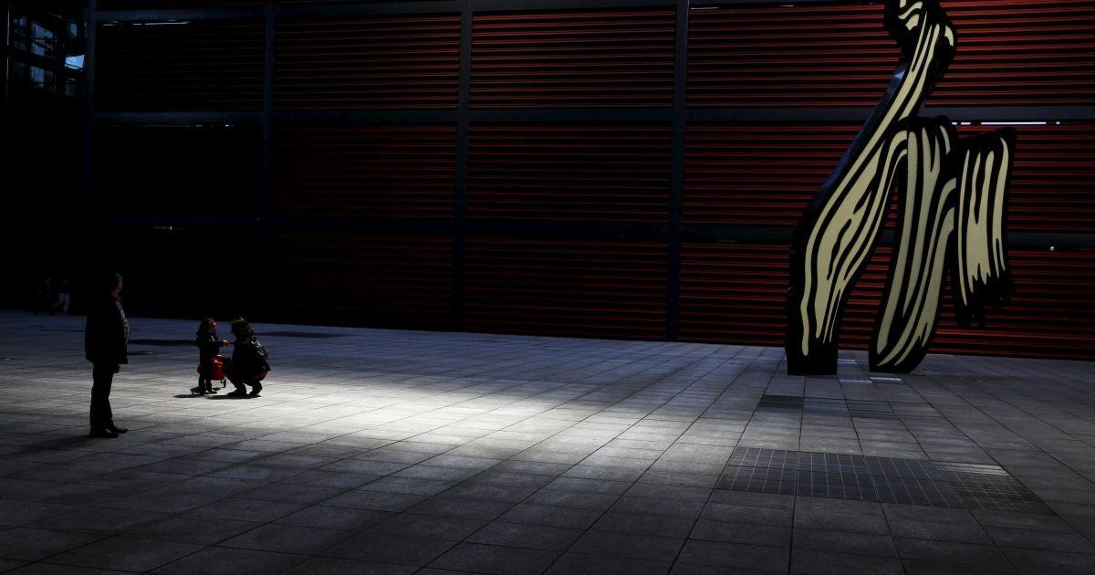 """Люди стоять біля скульптури Роя Ліхтенштейна """"Мазок"""" у внутрішньому дворі Музею королеви Софії в Мадриді, Іспанія. @ Reuters"""
