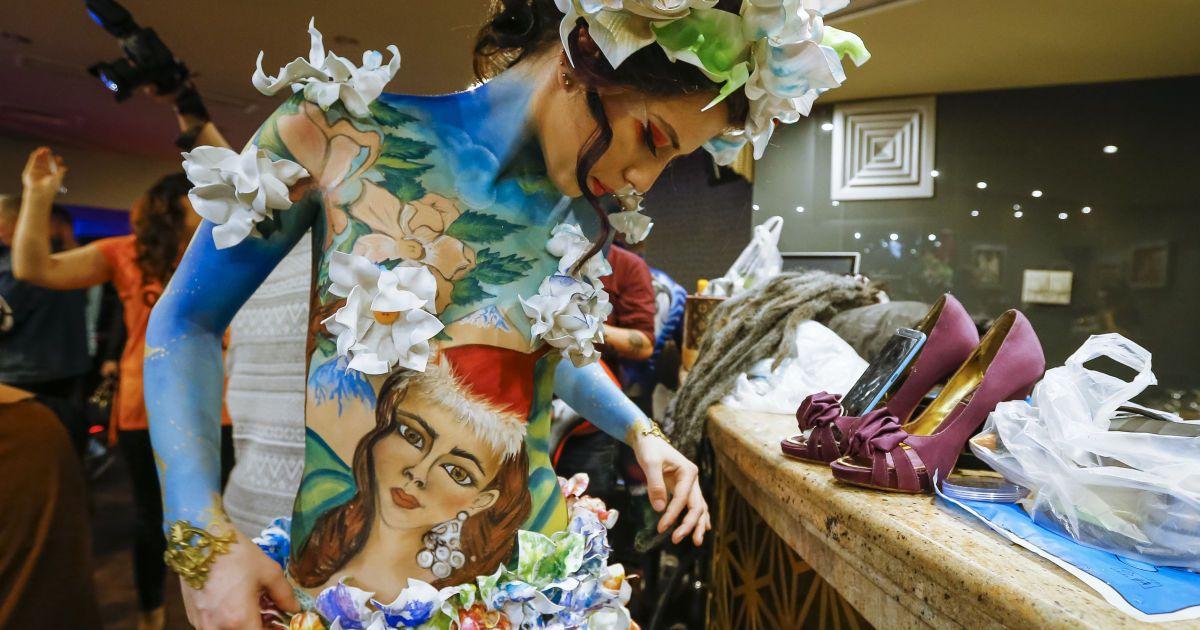 Модель готується до фестивалю боді-арту в Алмати, Казахстан. @ Reuters