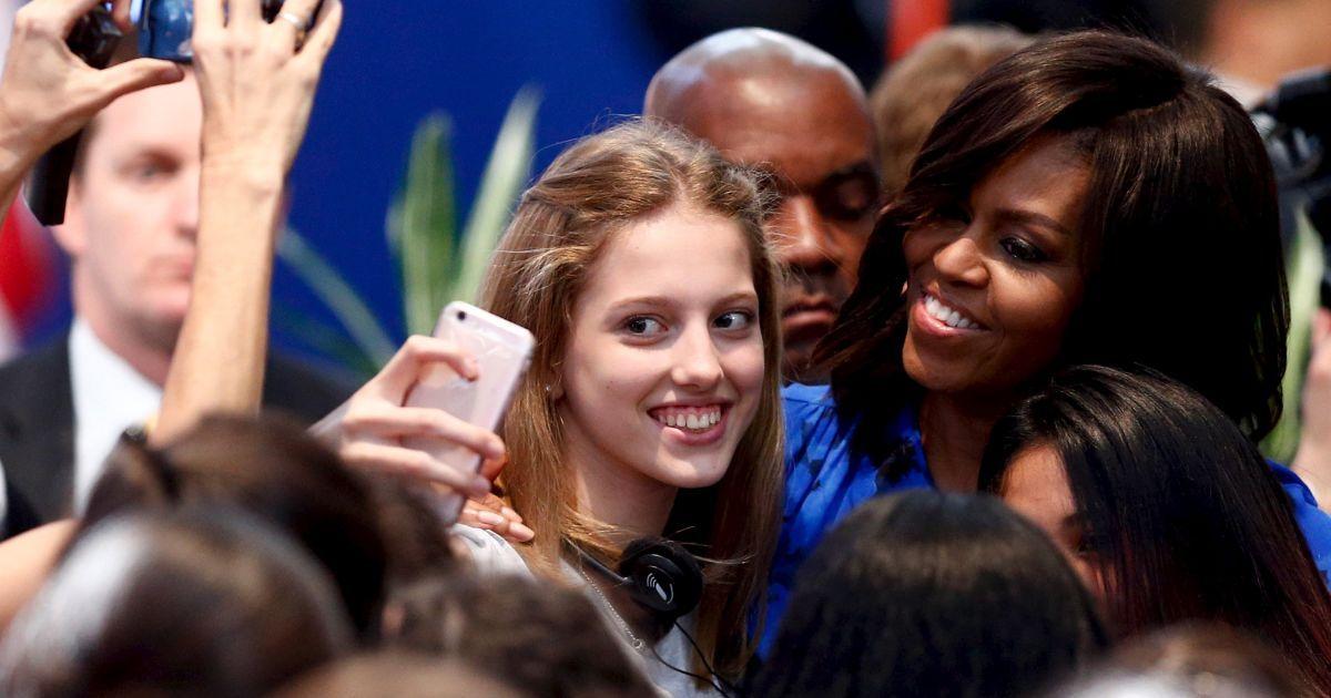 Перша леді США Мішель Обама позує для селфі з школяркою у Буенос-Айресі. @ Reuters