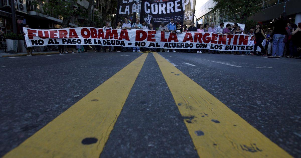 """Демонстранти тримають банер з написом """"Обама, йди геть з Аргентини!"""" під час акції протесту проти візиту президента США Барак Обами недалеко від посольства США у Буенос-Айресі, Аргентина. Обама перебуває з дводенним візитом в цій країні. @ Reuters"""