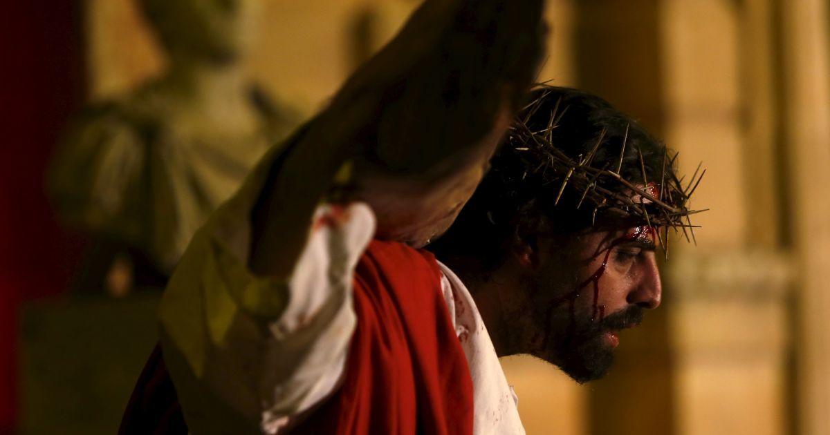"""Актор, який зображає Ісуса Христа, бере участь в інтерактивній вуличній постановці  театру """"Пристрасті """"Il-Mixja"""" (Шлях) на Мальті @ Reuters"""