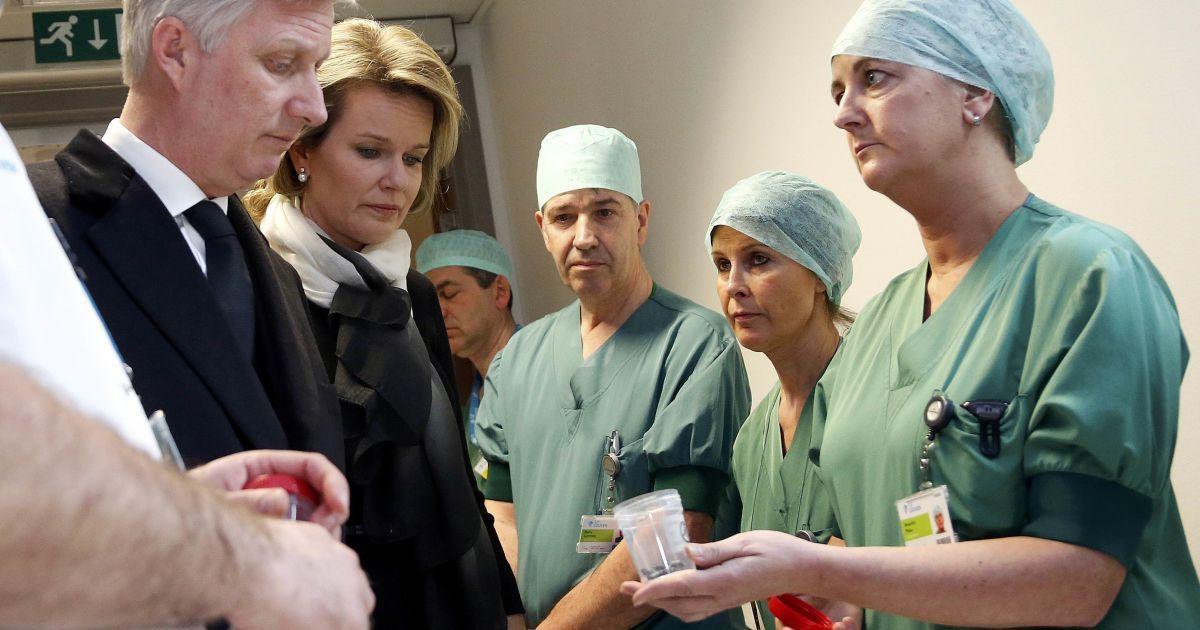 Король Філіп та королева Матильда відвідали лікарню, де лікують постраждалих під час терактів.