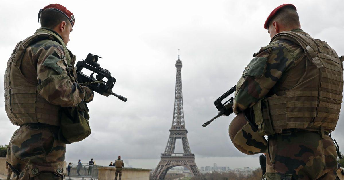 Патруль французької армії стоїть поряд з Ейфелевою вежею у Парижі, Франція. Влада країни прийняла рішення розгорнути 1600 додаткових співробітників поліції по зміцненню безпеки на своїх кордонах і на громадському транспорті після  смертоносних вибухів в Брюсселі. @ Reuters