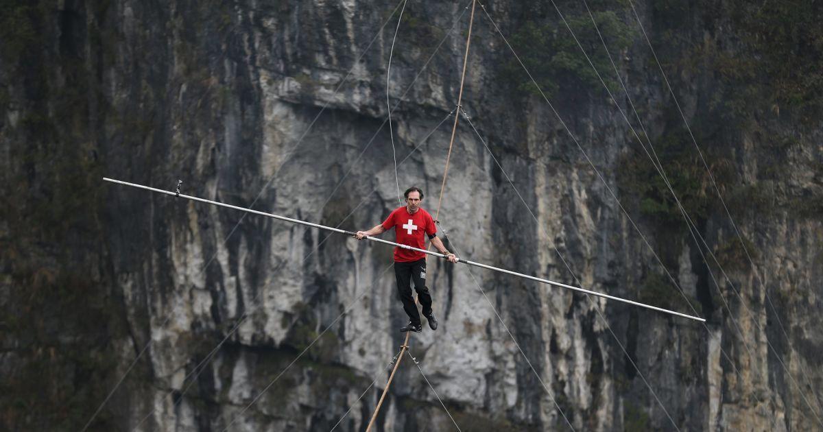 Канатоходець Фредді Нок із Швейцарії ходить по канату над прірвою під час змагань в графстві Улун, Чунцин, Китай. @ Reuters