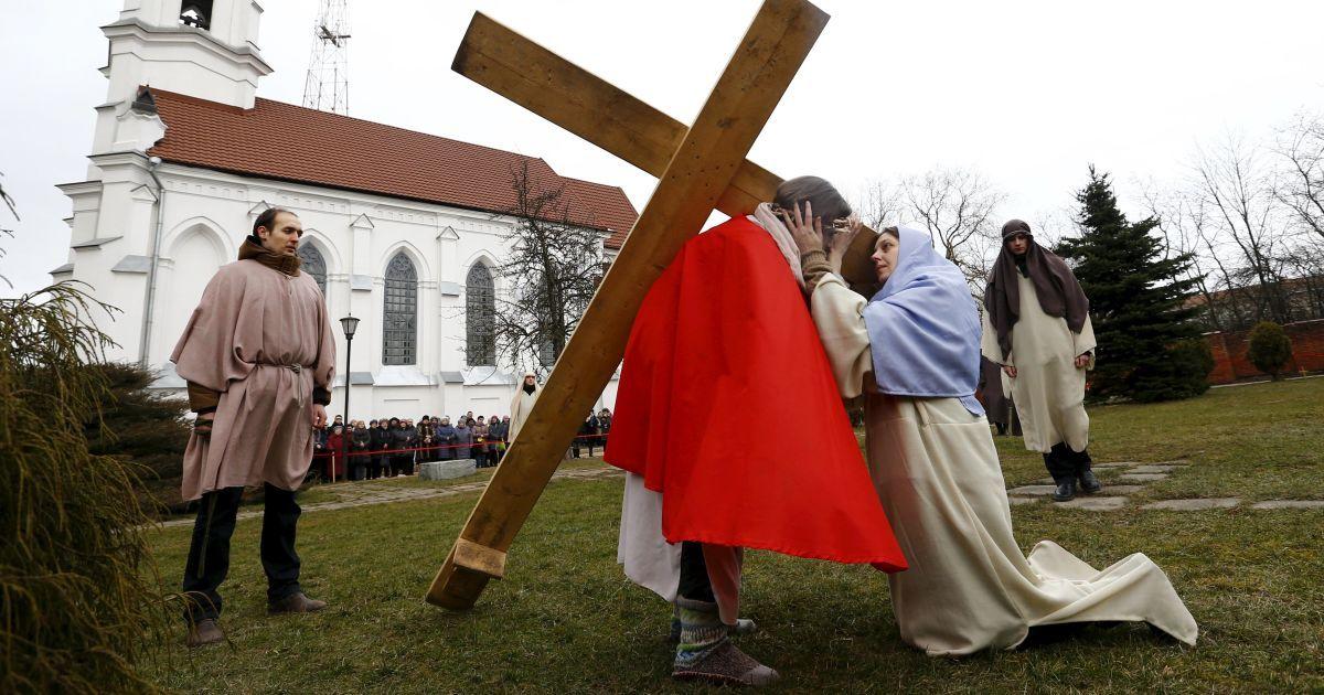 Білоруські католики грають виставу з останніх моментів життя Ісуса Христа біля католицької церкви в Мінську. Католики святкуватимуть Великдень в неділю. @ Reuters
