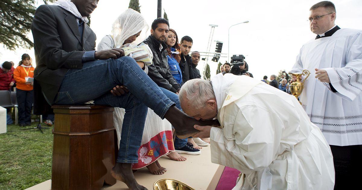 Папа Римський Франциск цілує ногу мігранту під час ритуалу обмивання ніг у центрі біженців недалеко від Риму, Італія. @ Reuters