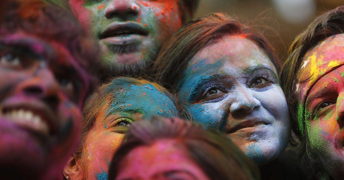 Люди роблять селфі під час святкування Холі в Мумбаї, Індія. @ Reuters