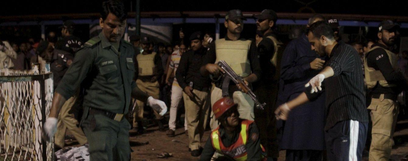 У Пакистані в мечеті прогримів потужний вибух: десятки загиблих та поранених
