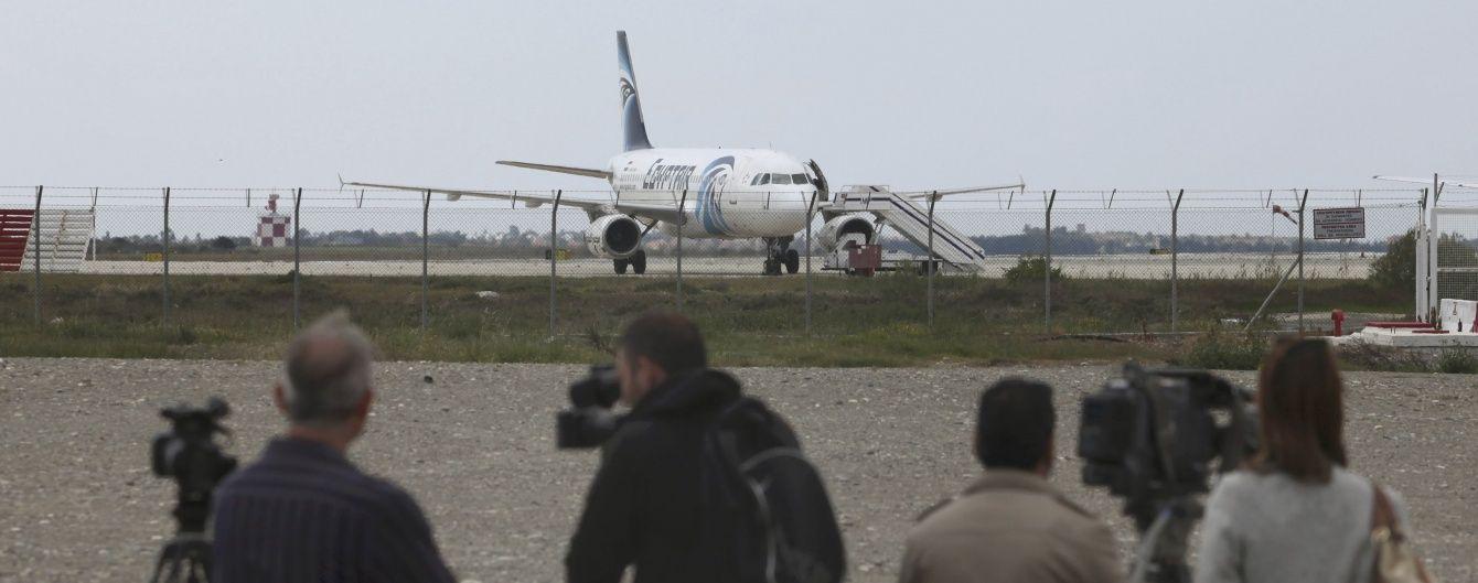 На борту EgyprAir залишаються сім заручників