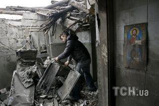 Бойовики на Луганщині обстріляли будинок та авто рятувальників