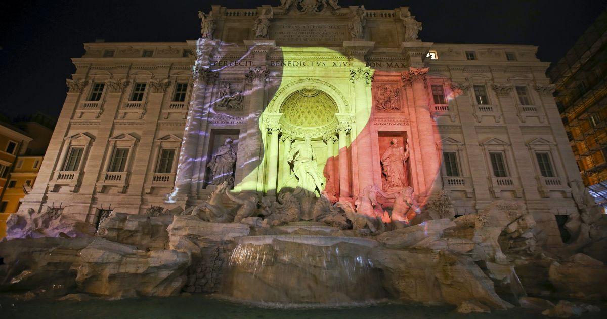 Фонтан Треві у Римі світиться кольорами бельгійського прапору.