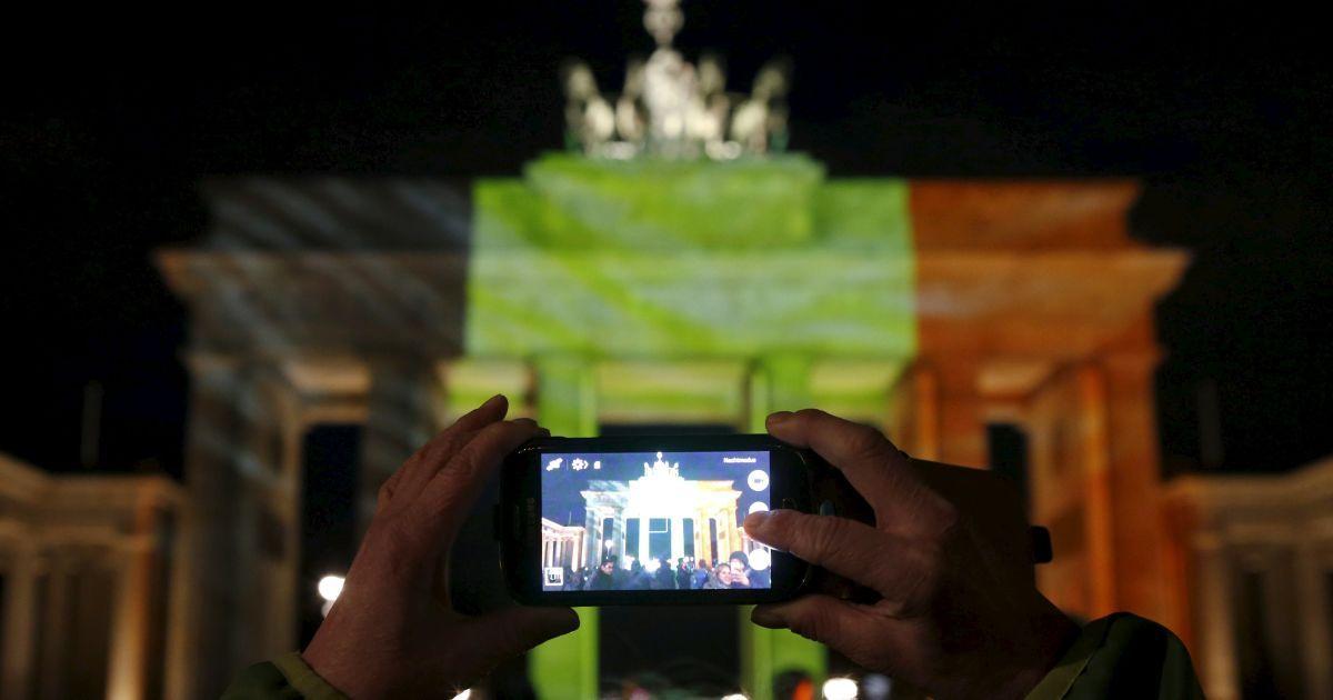 Бранденбурзькі ворота у Берліні світяться кольорами бельгійського прапору.