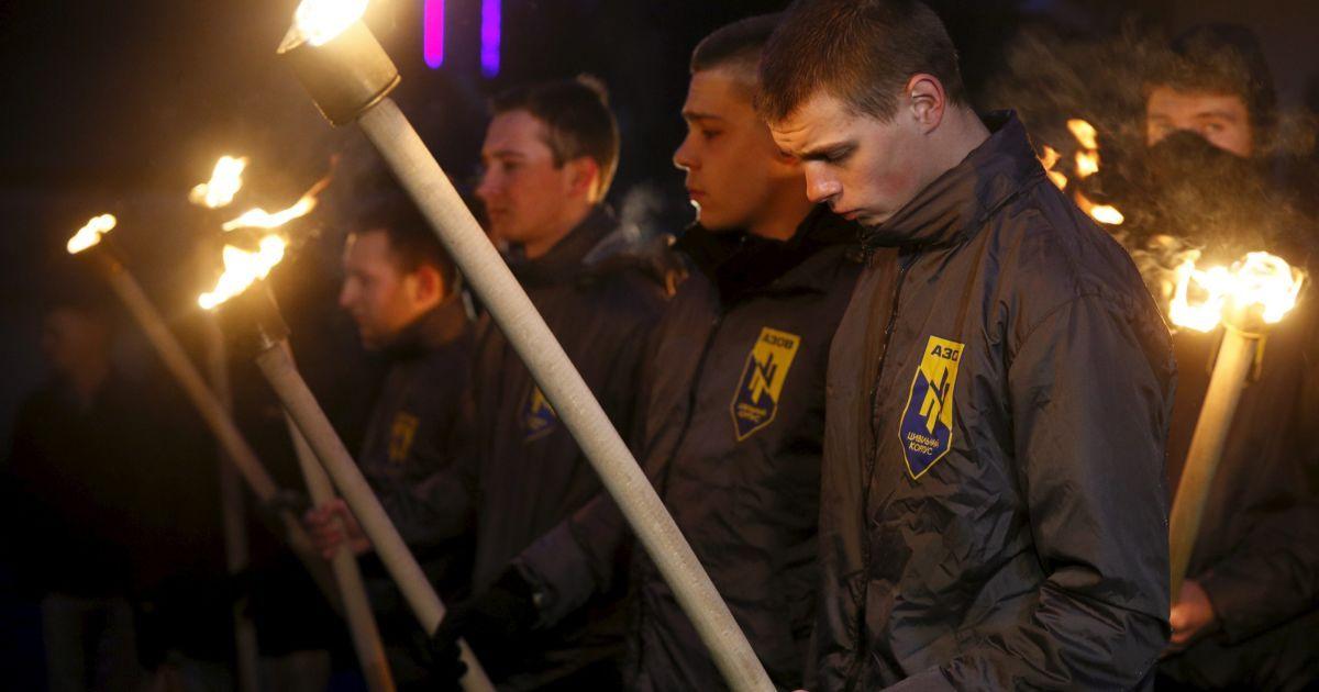 """Активісти """"Азову"""" із факелами вшановують жертв теракту під посольством Бельгії у Києві."""