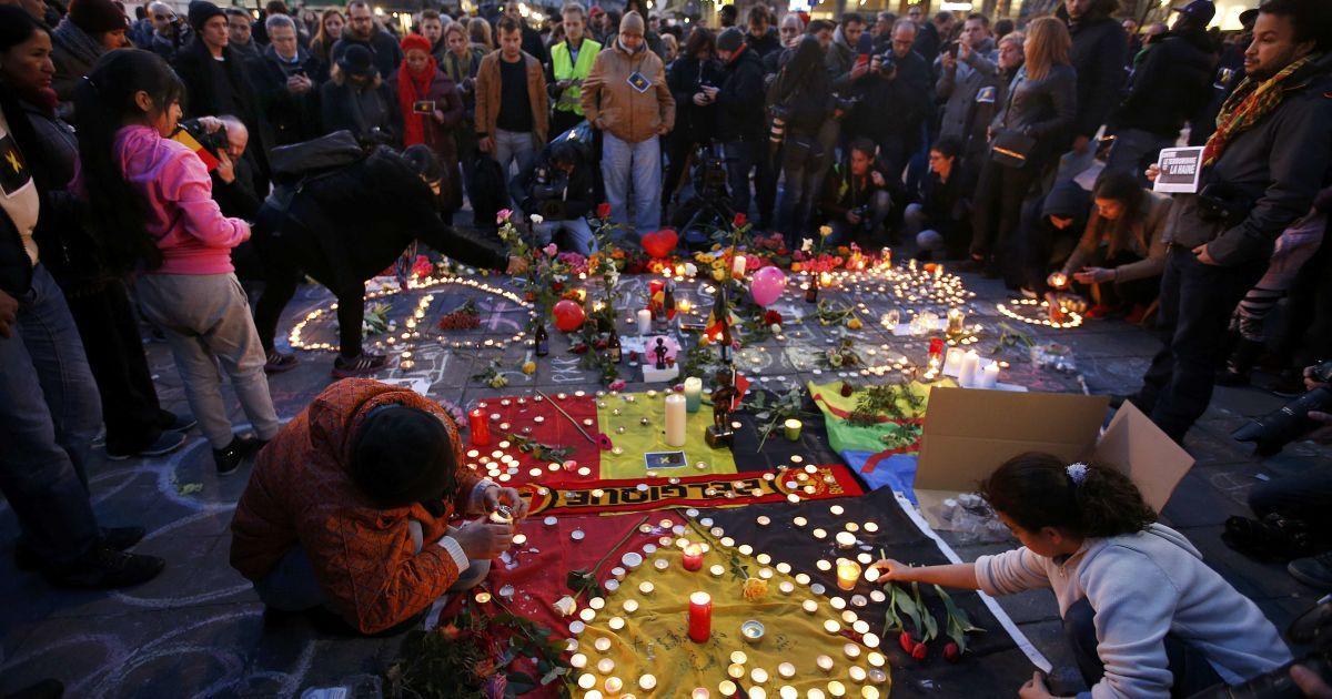 У центрі Брюсселя люди зібралися, щоб вшанувати жертв теракту.