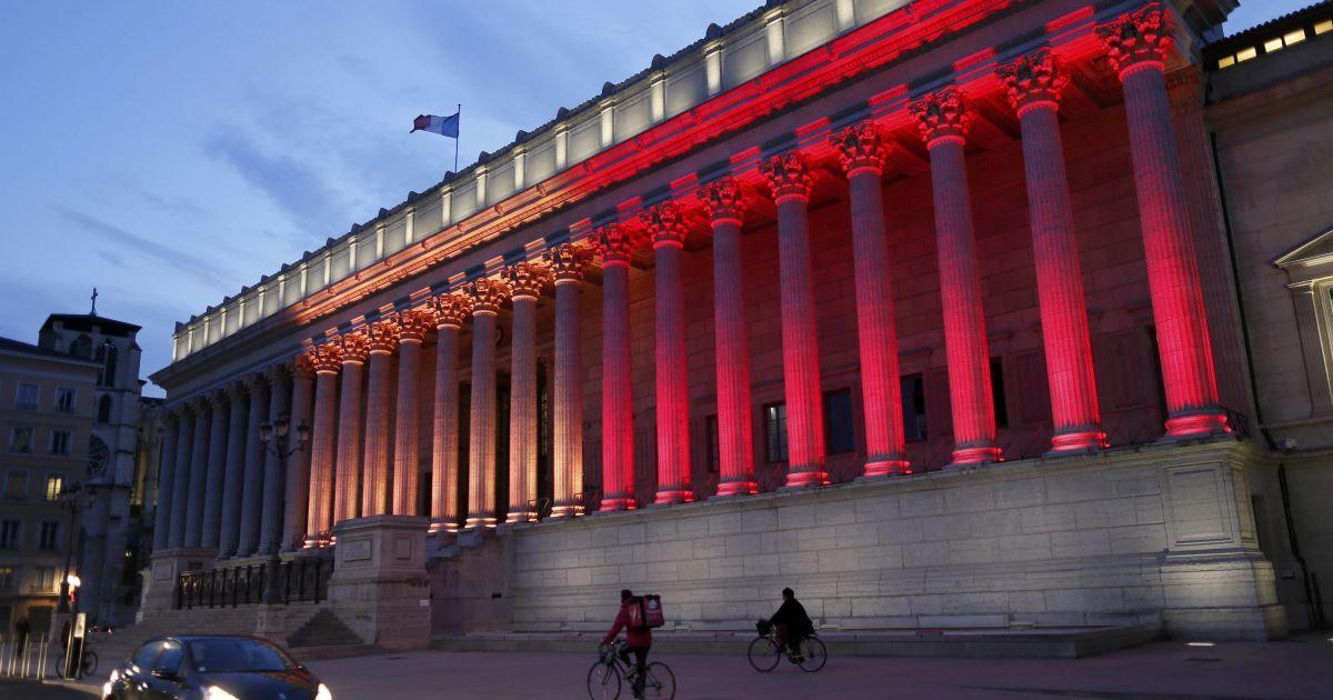 Будівля суду у Ліоні світиться кольорами бельгійського прапору.