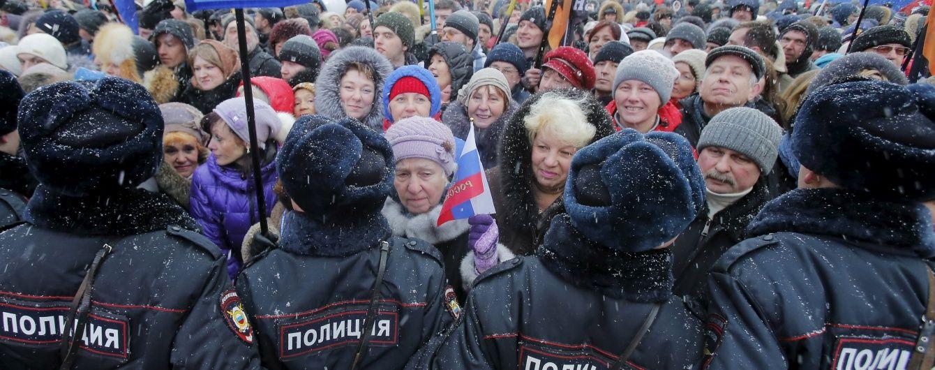 """Провальний """"путінг"""". Загнані бюджетники прорвали поліцейський кордон, щоб піти з концерту """"Кримнаш"""""""