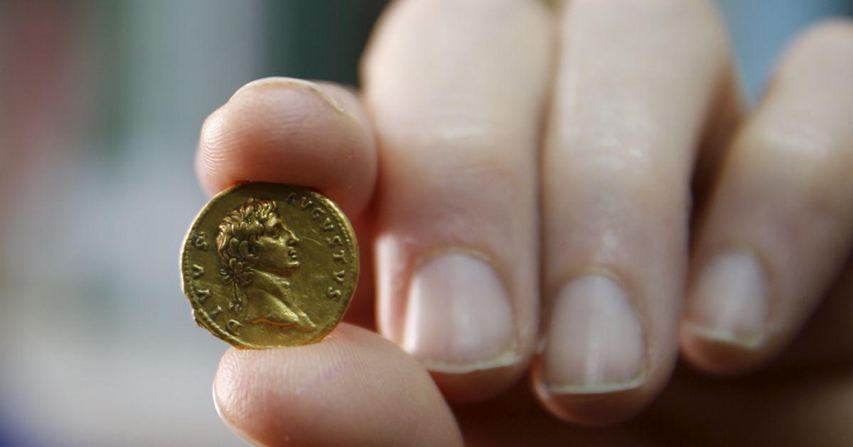 Золота монета віком майже 2000 років із зображенням імператора Августа демонструється журналістам в Музеї Ізраїлю в Єрусалимі. Це дуже рідка знахідка, ще одна подібна монета існує лише у британському музеї. @ Reuters