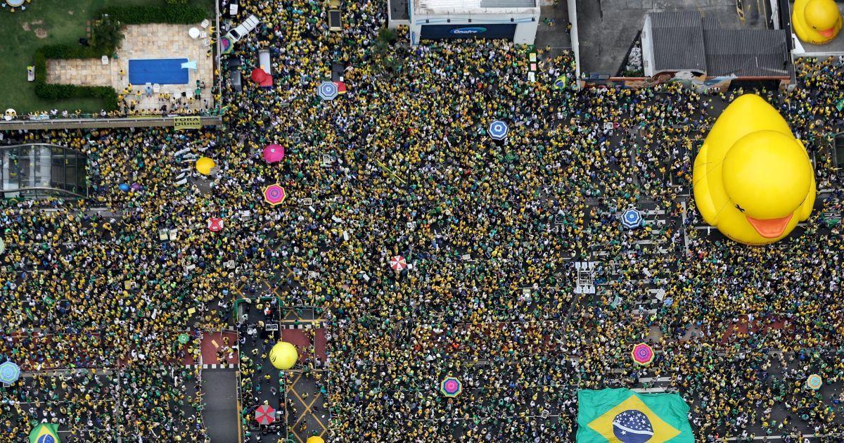 Демонстранти беруть участь в акції протесту у Сан-Паулу проти президента Бразилії Ділми Руссефф. Учасники загальнонаціональних протестів закликають до імпічменту президента. @ Reuters