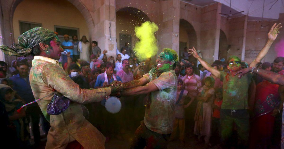 Індуїсти беруть участь у релігійному святі Холі, також відомого під назвою фестиваль кольорів, у місті Барсана в Індії. @ Reuters