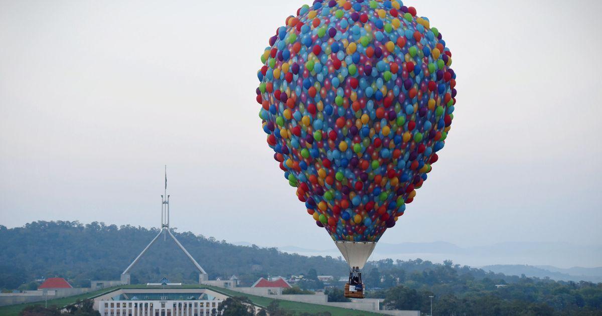 Повітряна куля летить біля будівлі Парламенту Австралії в Канберрі під час 30-го щорічного фестивалю повітряних куль. @ Reuters