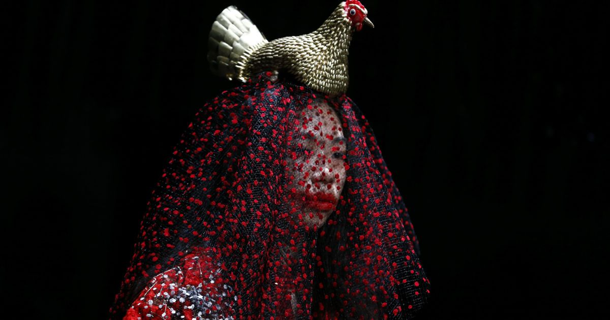 Модель демонструє дизайнерський витвір моди на Тижні моди у Токіо, Японія. @ Reuters
