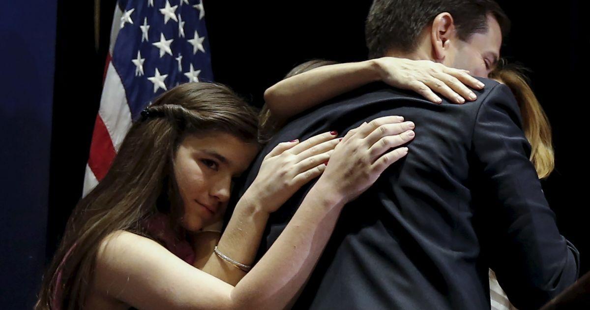 Сенатор США і колишній кандидат в президенти республіканець Марко Рубіо обіймає свою сім'ю після того, як він оголосив, що припиняє свою передвиборну кампанію. @ Reuters