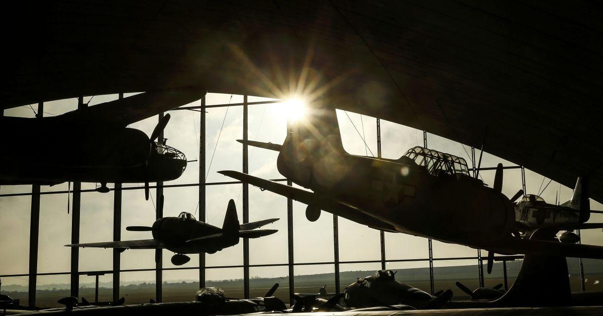 Сонце світить крізь скляний фасад Американського повітряного музею, який буде відкритий для публіки в ці вихідні в англійському Даксфорді після  перепланування на суму 3 млн фунтів стерлінгів. @ Reuters
