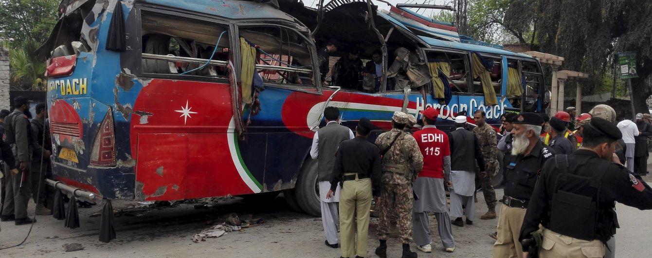 У Пакистані вибухнув автобус із держслужбовцями: 15 людей загинули