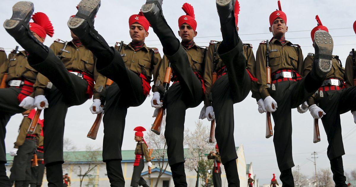 Новобранці індійської армії у парадній формі салютують перед тим, як піти з параду до свого гарнізону у Срінагарі. 242 молоді людини з різних релігійних конфесій були зараховані до Легкого піхотного полку після 49-тижневого навчання. @ Reuters