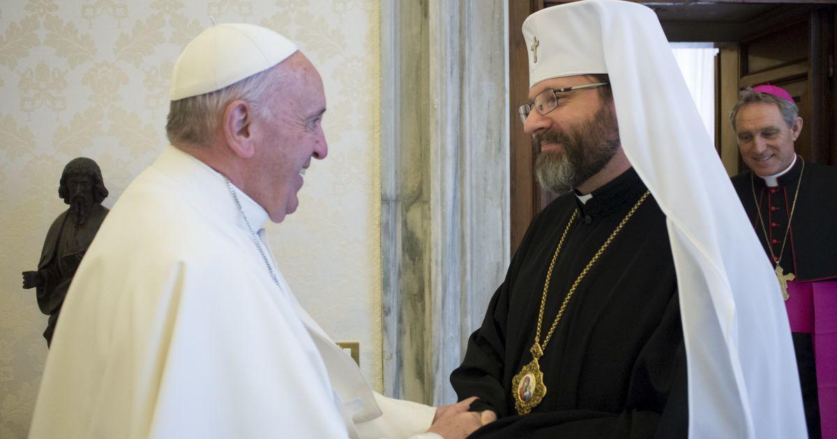 Папа Римський Франциск вітає главу УГКЦ Святослава Шевчука перед зустріччю у Ватикані. @ Reuters