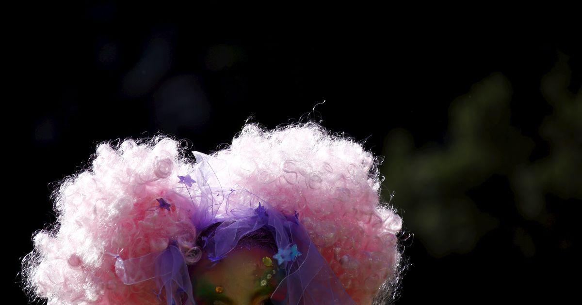 Учасник у костюмі готується взяти участь в параді геїв і лесбіянок в Сіднеї, Австралія. @ Reuters