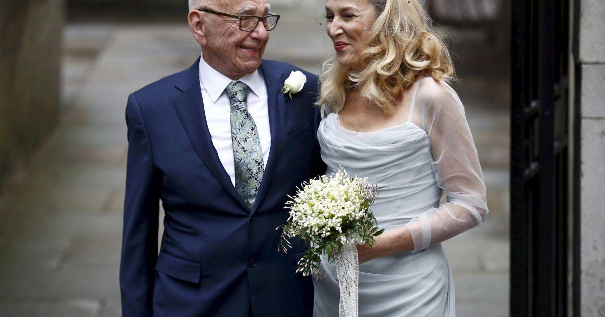 Медіамагнат Руперт Мердок і колишня супермодель Джеррі Холл позують фотографу під час святкування свого весілля. Це вже четвертий шлюб Мердока, статки якого оцінюють у 12,4 млрд доларів. @ Reuters