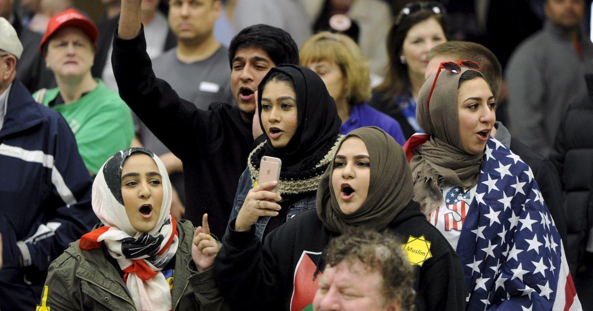 Молоді мусульмани протестують проти кандидата у президенти США республіканця  Дональда Трампа напередодні його зустрічі з прихильниками у місті Вічіта, штат Канзас. @ Reuters