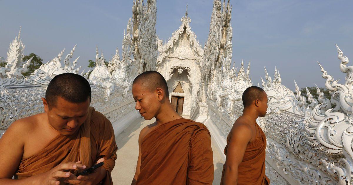 Буддійські монахи здійснюють екскурсію до Ват Ронг Кхун, який також відомий як Білий Храм, у провінції Чіанг Рай, Таїланд. @ Reuters