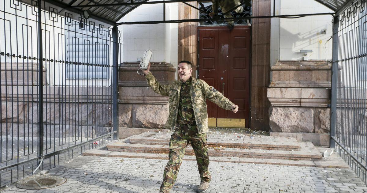 Люди жбурляли яйця у будівлю посольства