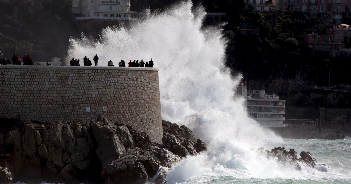 Хвилі б'ються об Англійську набережну у штормову погоду у Ніцці, Франція. @ Reuters