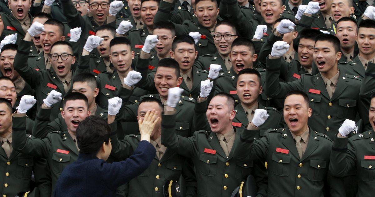 Президент Південної Кореї Пак Кин Хе веселиться з новими військовими під час військової церемонії присяги головним військовим з'єднанням Південної Кореї.. Всього 6003 випускників з шести великих військових академій країни були приведені до присяги. @ Reuters