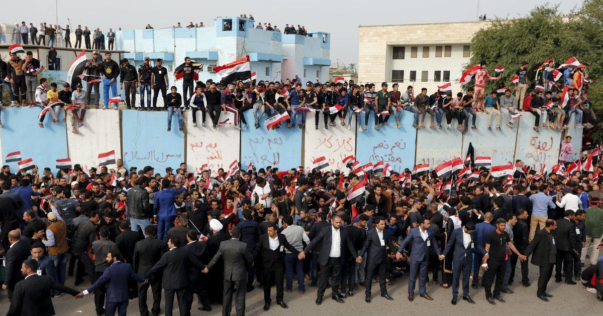 Прихильники видатного іракського шиїтського священнослужителя Муктаді ас-Садра викрикують гасла під час акції протесту проти корупції у владі за межами Зеленої зони у Багдаді, Ірак. @ Reuters