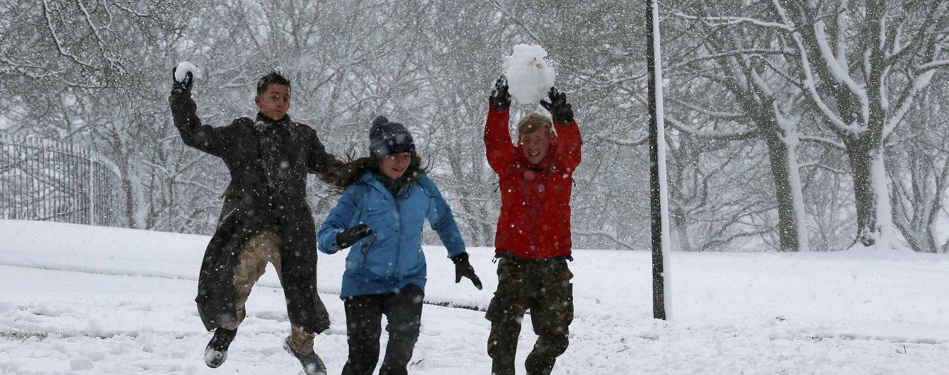 В трех областях Украины из-за снегопадов закрыли детсады и школы