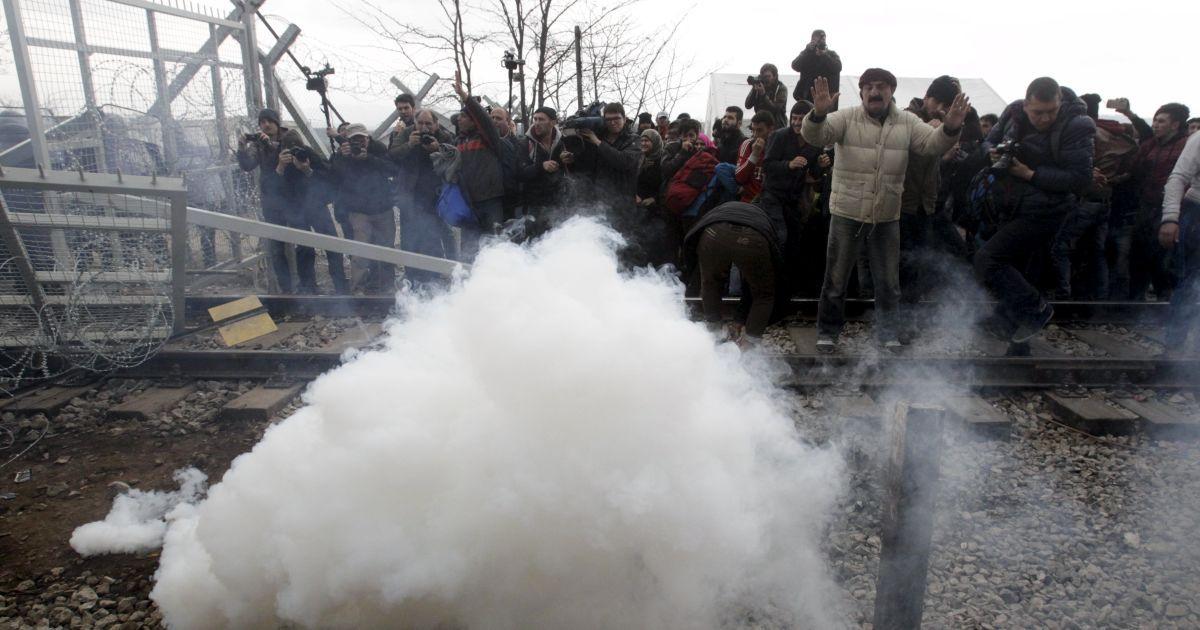 Люди розірвали колючий дріт на паркані. @ Reuters