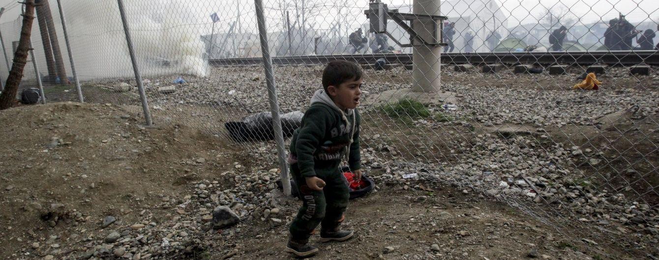 Сотні мігрантів прорвалися з Греції в Македонію