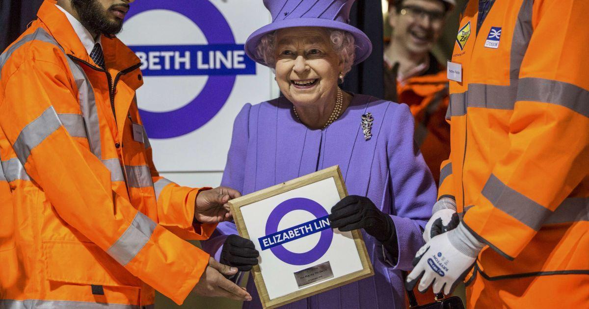 Під час церемонії відкриття дошки з назвою майбутньої лінії метро, названої на честь королеви Єлизавети ІІ @ Reuters