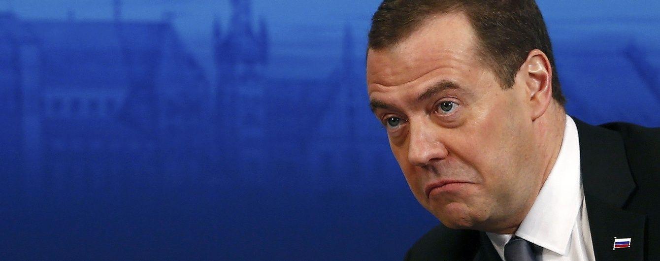 """""""Денег нет, но держитесь"""". Песков отказался комментировать скандальное заявление Медведева"""