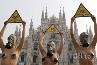 Теперь в Милане: голые модели в противогазах протестуют возле собора